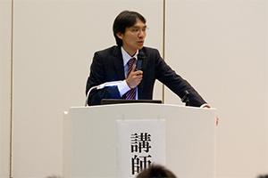 震災復興に向けて講演でリハビリ施設の重要性を力説する竹下真大氏