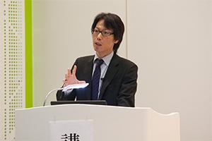 注目が高まっている認知神経リハビリテーションについて講演する理学療法士、鶴埜益巳氏