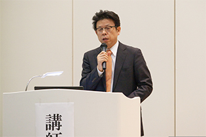 運営スタッフを紹介する滋慶リハ塾の千葉次長