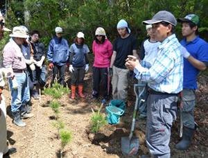 高田松原を守る会の小山様より作業説明を受ける