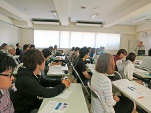真剣な表情で勉強会に参加する学生や講師、スタッフ