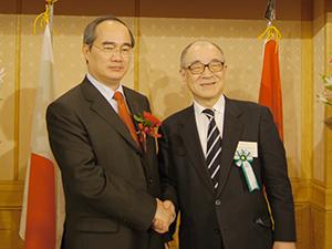 ベトナムのニャン副首相と浮舟総長=日本経済新聞社主催の「日本・ベトナム教育協力フォーラム」で