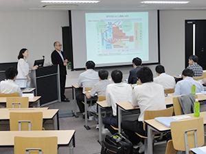 """""""滋慶学園グループ研究""""のため来日した韓国・研成大学のメンバー。7月26日には浮舟総長直々の講義を聴講しました"""