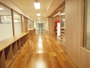 太陽の光がさんさんと注ぐ大きな窓。木目がきれいなフローリングの床には床暖房を設置。南側の教室は運河に面し、開放感がある。