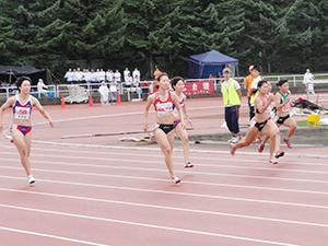 赤いユニフォームで100m決勝を疾走、優勝した福島さん