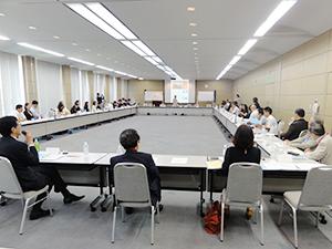海外事務所代表ら約60名の国際教育の代表者が参加して開かれた滋慶学園グループの「国際部ミーティング」。ブランド力をはじめ国際活動におけるセキュリティ対策などについて話し合われた