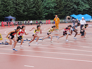 東京オリンピックで活躍できる女性アスリートの育成をめざして開かれた「第1回北海道ハイテクAC杯レディース陸上競技選手権大会」。雨の中、約600名の小中高生らが熱戦を繰り広げた