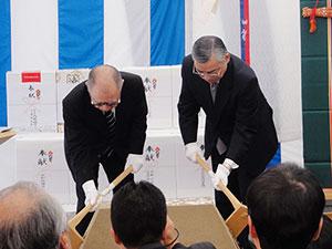 工事の安全を願って鍬入れ式を行う浮舟総長(左)と橋本常務