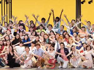 滋慶学園グループが社会貢献事業として取り組む骨髄移植推進キャンペーンミュージカル「明日への扉」。初演以来20年目を迎えて、一段と熱のこもる舞台となった=NHK大阪ホールで