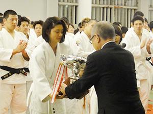 「第9回滋慶学園総長杯柔道大会」で女子団体初優勝に輝き浮舟総長から優勝杯を受ける仙台医健Aチーム。男子も3位入賞し、共に東北復興へ力強いパワーを見せた