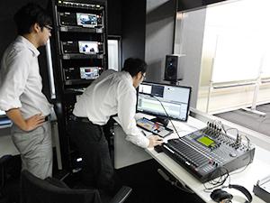 最新の編集機器が導入された編集室