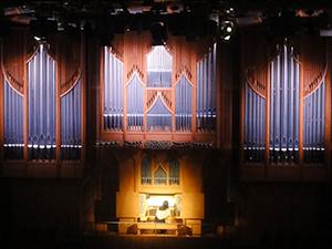 幕開けは専属オルガニスト、片桐聖子さんの演奏
