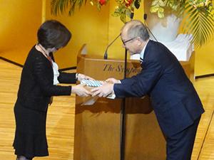 個人表彰を受ける大須賀先生