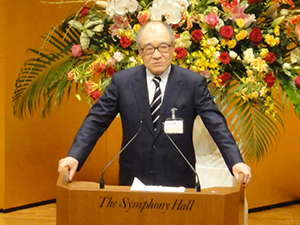 「年頭の挨拶」を行う浮舟邦彦総長。「アジアの職業人教育に貢献してゆく」と力強く今年1年の抱負を述べた
