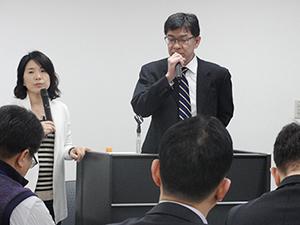 グローバル専門人材の育成について話す本部国際センターの渡辺常務と鄭・韓国センター所長