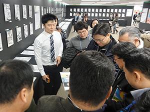 OCAの卒業制作展を訪れ、韓国からの留学生、ジョさんのマンガ作品を見る一行
