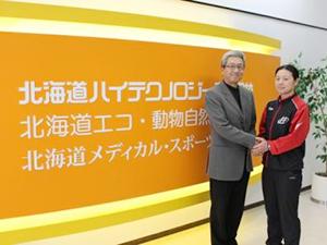 日本選手団のサポートにソチに向った北海道メディカル・スポーツ専門学校の高橋小夜利先生(右)。出発前、平田常務理事から激励される