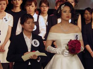 表彰式での最優秀賞の小野塚さんとモデルさん