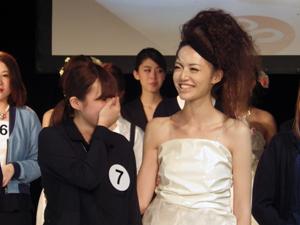 受賞を喜ぶ最優秀賞の藤本さんとモデルさん