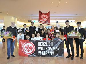 空港での出迎え。ヒュブナーSD、シャーフ監督とフランクフルトプロジェクトの学生たち