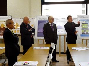 審査員。右からグラフィックデザイナーの篠塚副校長、浮舟総長、鞍井学校長、環境・安全・衛生委員会の田仲委員長