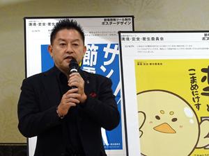 講評を述べるグラフィックデザイナーの篠塚副校長