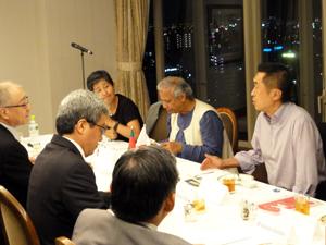 2010年7月に行なわれたユヌス博士や岡田・九州大教授(当時は特任教授、向こう側右端)らグラミングループと浮舟総長、橋本常務、平田常務ら滋慶学園グループとの会合