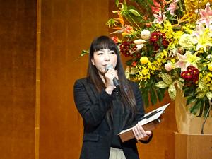 「総長賞」に選ばれて抱負を述べる新東京歯科衛生専門学校の教職員代表