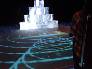 幻想的な世界を演出するプロジェクション・マッピングの展示