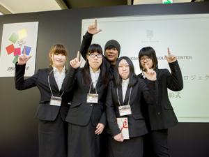 大仁田厚さんと作品を発表した学生たち