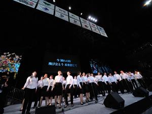 約70名のコーラスグループが、歌で卒業生を送り出した