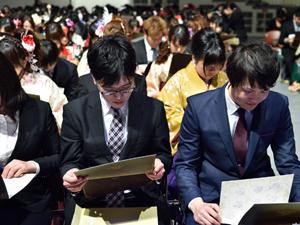 メッセージを読む卒業生たち。あちこちで涙を浮かべる姿が見られた