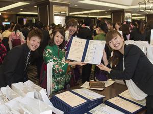 式典後、担任から卒業生一人ひとりに卒業証書が手渡された