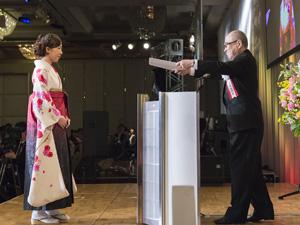 総長賞を受賞した原沢さんと浮舟総長