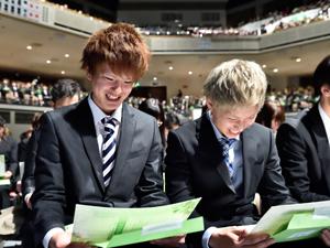「言葉の花束」を目を輝かせて読む新入生たち