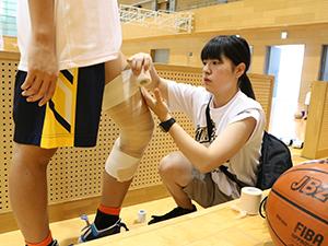 さすがスポーツトレーナーの養成校!選手のテーピングも学生トレーナーがサポートします!