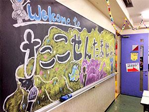 模擬店では学生たちが教室を飾りつけ、学園祭を盛り上げました