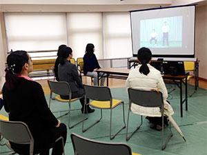 高齢化展での発表を聞く来校者と学生