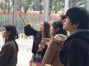 図書館員から説明を受ける学生たち