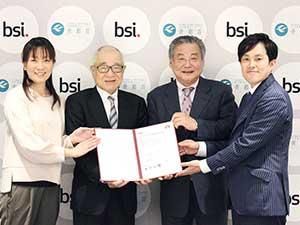 ISO9001認証書授与式に出席した宮本介護部長、浮舟総長、鈴木施設長、岩田相談員(写真左から)