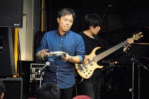 小川さんのパンデイロがビートを刻みます