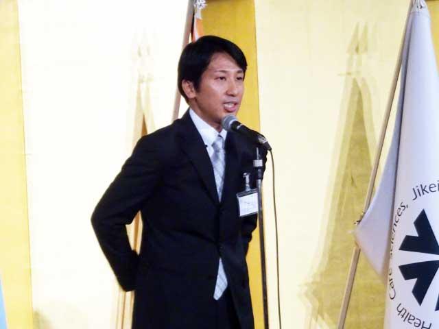 乾杯のあいさつを行なう大阪保健福祉専門学校の卒業生、福﨑友和さん
