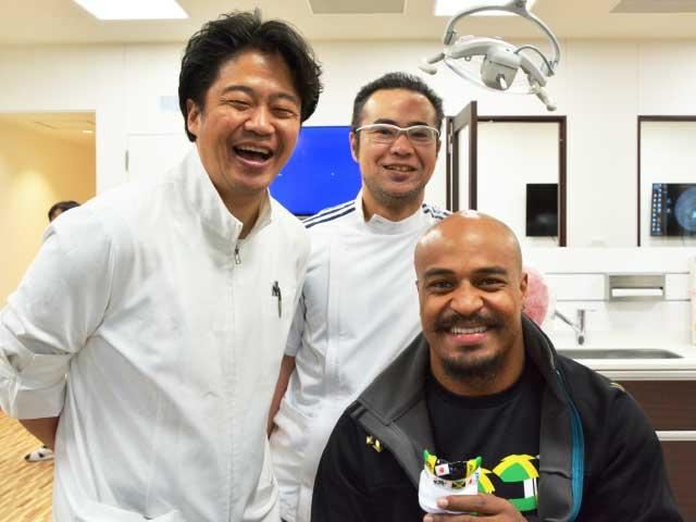 マウスガード製作を担当した歯科医師の関根先生(写真左:本校・顧問)と歯科技工士の瀧島先生(写真中央:卒業生)