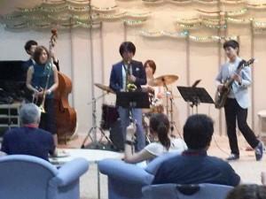 卒業生の若手ミュージシャンよるライブを楽しむ